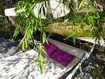 Detalle de cama balinesa en patio.