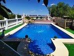 Plano general piscina y, al fondo, solárium y balcón/mirador.