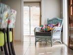 Luie stoel bij de ingang van een slaapkamer