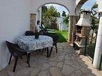 La casa tiene una piscina con muebles de jardín para pasar un buen rato con los familiares.