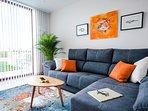 Luminoso salón con sofá chaise-longue, SmartTV 43'. Wifi gratuito con clave privada por apartamento.