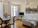 Salón con sofá-cama de 105X200cm abierto por ocupación mayor a 2 personas
