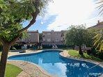 Apartamento en bajos, zona comunitaria tranquila y familiar. Con piscina y zona ajardinada.