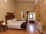 habitación con techos altos, amplia y decorada con muebles restaurados.