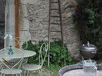 terrasse fleurie et ombragée (barbecue, transats...)