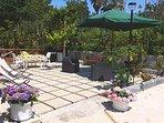 Il nostro giardino, adatto ai momenti di relax, nel verde. Con disponibilità di barbecue.