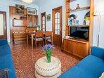 Desde el salón se accede a las tres habitaciones independientes y a la cocina