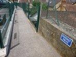 sentier piéton à moins d'1 mn centre  ville (devant parking)