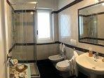 bagno 1 con box doccia, asciugamani e vanity kit
