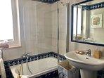 bagno 2 con vasca, asciugamani e vanity kit