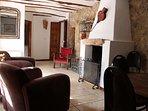 Mooie appartement met open haard in Spaanse stijl. De woonkamer/eetkamer