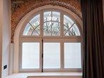 La Corte di Zizi, appartamento 'Riva: una camera da letto, la finestra