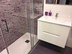 Cuarto de baño reformado, con ducha.
