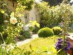 Un jardin bleu sublime ensoleillé l'après-midi et ombragé le soir.