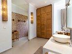 ensuie bath-and dressingroom (Masterbedroom 1)