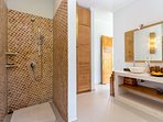 ensuite bath-and dressingroom (Masterbedroom 2)