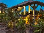 La terrasse ombragée du Papayer Ecolodge.