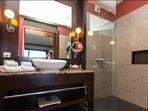 La salle de bains avec sa douche à l'italienne
