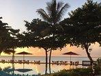le coucher de soleil, la superbe piscine à débordement et la plage et l'Océan Pacifique
