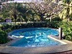 le jaccuzzi dans le jardin de l'hôtel, idéal pour se détendre