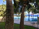la superbe piscine à débordement et la plage et l'Océan Pacifique