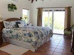 La camera da letto principale offre bagno privato e porte scorrevoli sulla veranda coperta