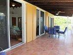 Ampia veranda coperta. Pranzo all'aperto per 6 persone con vista sui Caraibi!