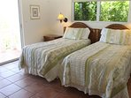 Seconda camera da letto di livello superiore (gemelli trasformabili in letto matrimoniale) con porte scorrevoli su...