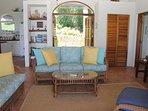 Confortevole sala grande area soggiorno con un tocco caraibico