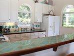 La cucina è completamente attrezzata per preparare pasti gourmet a casa o snack per la spiaggia