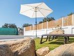 la piscina de 9x4 metros y cloracion salina es ideal para soportar el sol y  temperatura de Sevilla.