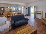 gran salon con cocina americana y zona de juego en planta baja de 70 metros cuadrados.