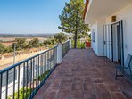 gran terraza para el relax con maravillosas vistas a la sierra.