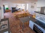 cocina totalmente equipada con barra americana para estar comunicados con salon y porche exterior.