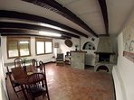 Sala rústica con chimenea. Ideal para barbacoas y espacio de juegos con amigos o familia