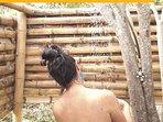 Experimenta una refrescante ducha al aire libre en medio de la naturaleza.