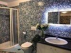 terzo bagno con specchio a led
