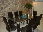 sala da pranzo con tavolo di cristallo per 8 persone