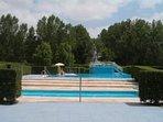 Buena piscina municipal cerca de las casas de Villasexmir Lindascasasrurales dispone de cuatro casas