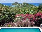 La veranda coperta si affaccia sul ponte inferiore della piscina e sul Mar dei Caraibi