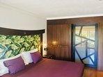 Le grand lit king-size 200x200 avec sa literie confortable