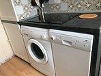 Cuisine avec lave vaisselle et lave linge et plaque vitrocéramique