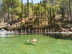 Nadando en Peña del Olivar en Siles (2019), a 25 min de la casa.