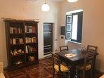 libreria antica con comodo tavolo da colazione-pranzo