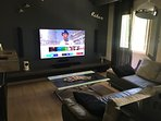 Salon Home Cinéma smart TV avec canapé d'angle.