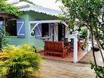 Vue de la maison avec sa terrasse et son salon de jardin confortable - idéal pour l'apéro vue mer