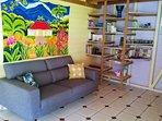 Moment de détente dans un canapé confortable, et une bibliothèque variée