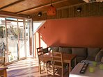 Salón exterior techado y acristalado