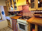 Cocina con microhondas, lavavajillas, horno y todo tipo de accesorios para poder cocinar cómodamente