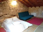 Buhardilla, con espacioso sofá cama